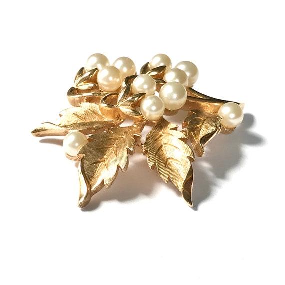 Vintage Trifari Pearl Brooch, Gold Tone Costume J… - image 3