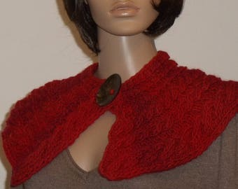 Knitted collar in red with cable pattern