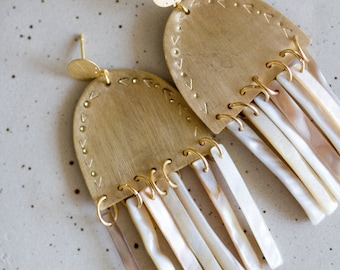 Whaea earrings, fine gold gold pendants, engraving, mother-of-pearl elements