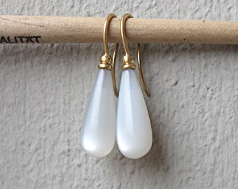 Earrings with white moonstones and gold
