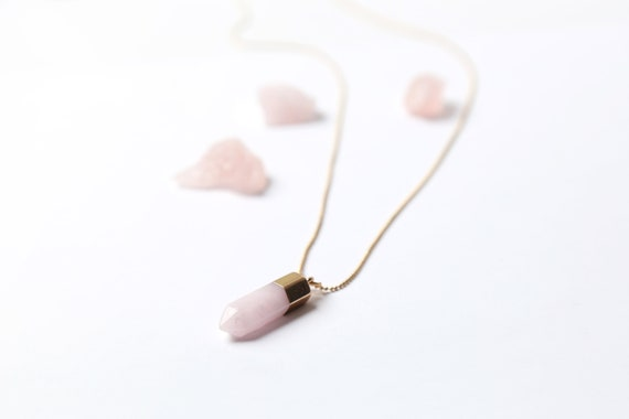 Rose quartz necklace with Gold-plated chain : a stone for the heart