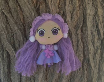 Chibi kawaii doll, robe violette et son petit ours