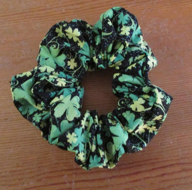 St Green Shamrocks Patrick/'s Scrunchy Glittery Irish Clovers Hair Tie