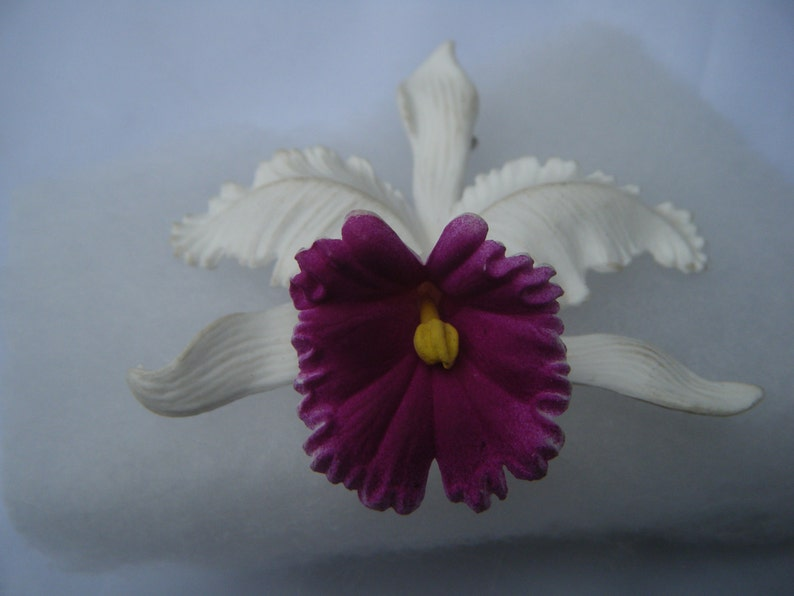 Vintage Ges Gesch 126 White /& Purple ResinPlastic Floral Brooch Signed