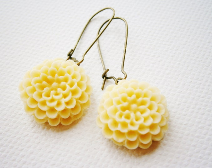Pale Lemon Resin 19mm Chrysanthemum on 24mm Antique Bronze Kidney Wire Earring Hooks/Dangle Earrings/Boho Earrings