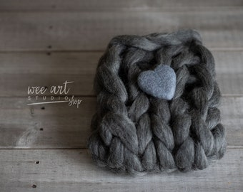 Bump grey blanket and felted heart, 100% merino chunky layer, , merino Newborn Photography Prop, ready to shipping, free shipping in uk