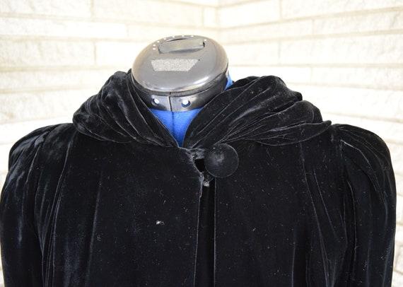 Vintage 1940s black velvet hooded evening coat wi… - image 6