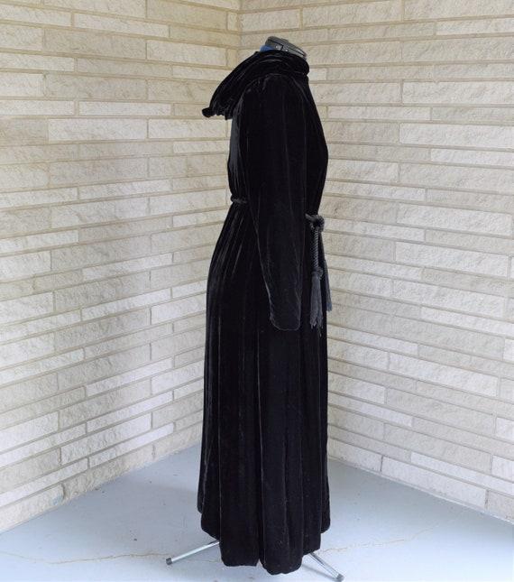 Vintage 1940s black velvet hooded evening coat wi… - image 5