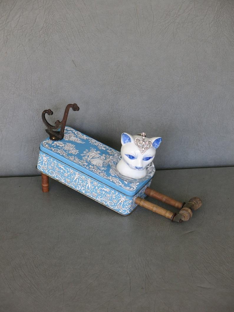 Cat assemblage Isobel.  Porcelain cat head blue image 0