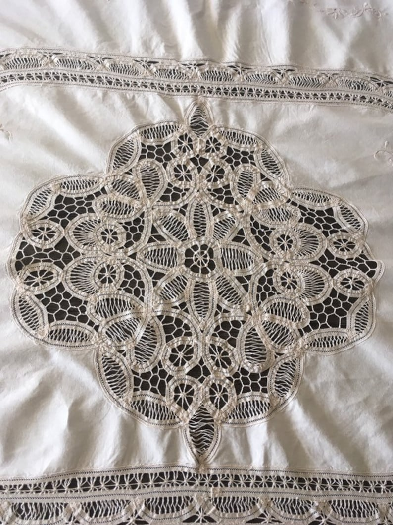 Vintage Butter White Ecru Embroidered /& Battenberg Lace Tablecloth
