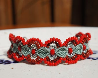 Adjustable macrame bracelet with green and red colors