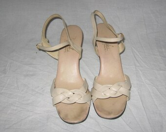 Vintage Serenades By Florsheim Made In Italy Beige Strappy Buckled Ankle Strap Peep Toe High Heel Woven Leather Upper Sandals Shoes Size 10W