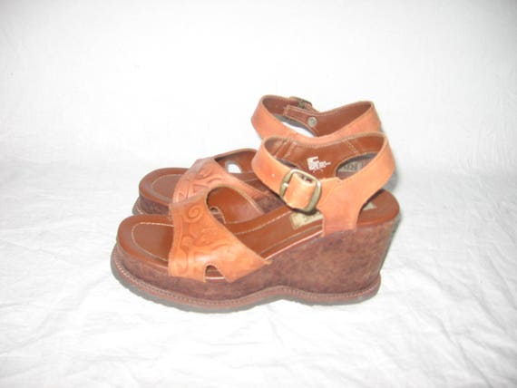 VTG Riverstone Tan Navajo Leather Peep Toe Engraved Carved Cork Wedge High Chunky Heel Buckled Sling Back Boho Mod Style Sandals Shoes 7 M