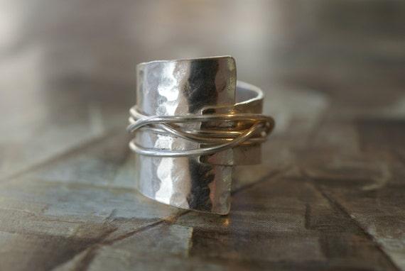 Silber gehämmert überlappen Ring mit gewickelt Draht | Etsy