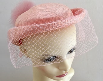 a8b13549418 Vintage 1960s Peachy Pink Raffia Ladies Hat with Veil and Marabou Feather  Trim - Size Small