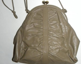 da2a7c26386 1970s 70s Taupe Leather Shoulder Bag   Teardrop Kiss Clasp Pouch Purse    Disco Chic with coin purse