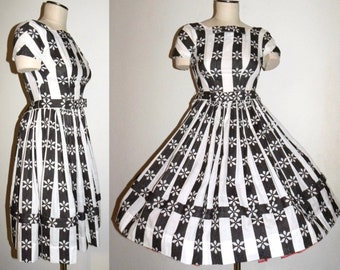 613d61049734 Vintage 1950s 50s Full Skirt Dress Black White Daisy BOWS   Circle Skirt  Fitted Bodice   Fits X-Small