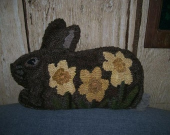 Pattern: Hooked Rug Daffodil Bunny by Hooked on Primitives
