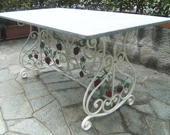 Tavolo in ferro battuto rettangolo volute e grappoli uva di decoro.