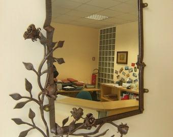 Cornice per specchio con decorazione di rose in ferro battuto