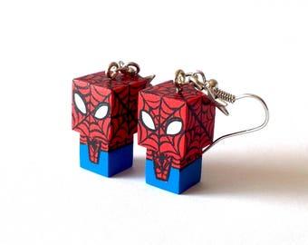 """Boucles d'oreilles figurines cubiques kawaï en bois """"Spiderman"""" - peintes à la main"""