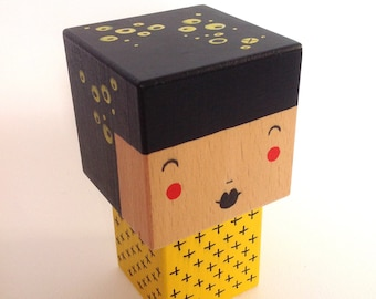Figurine Kokeshi cubic black + yellow - black cross - size M