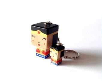 """Porte-clés Figurine cubique Super-Héros """"Wonderwoman"""" - peinte à la main"""