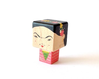 "Magnet figurine cubic ""Frida"" - pink or blue version"