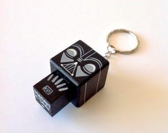 """Porte-clés Figurine cubique """"Dark"""" - peinte à la main"""