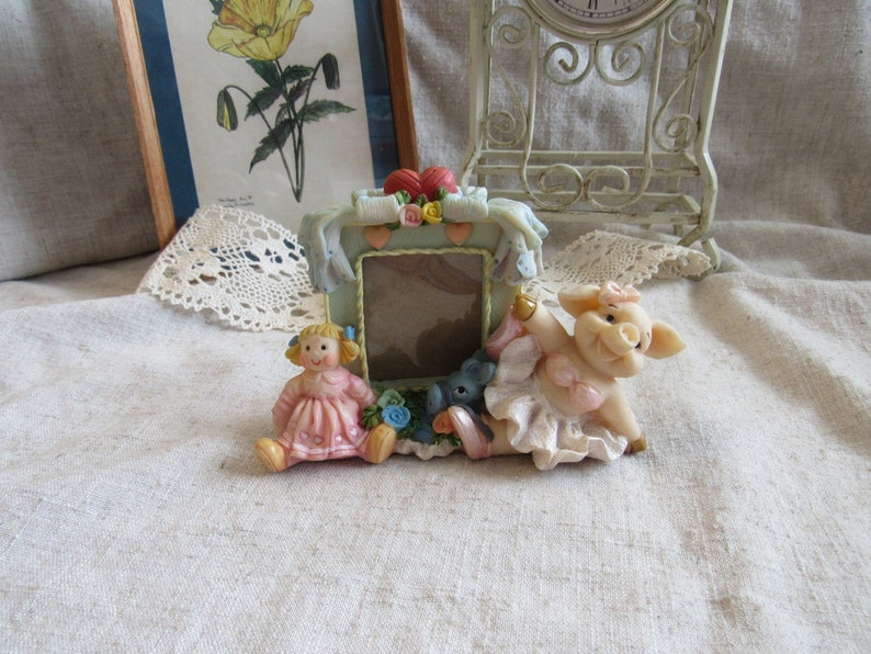 Funny small photo frame with heart miss Piggy donkey and a little girl figurines photo frame with cute resin figurines and sweet pink hearts