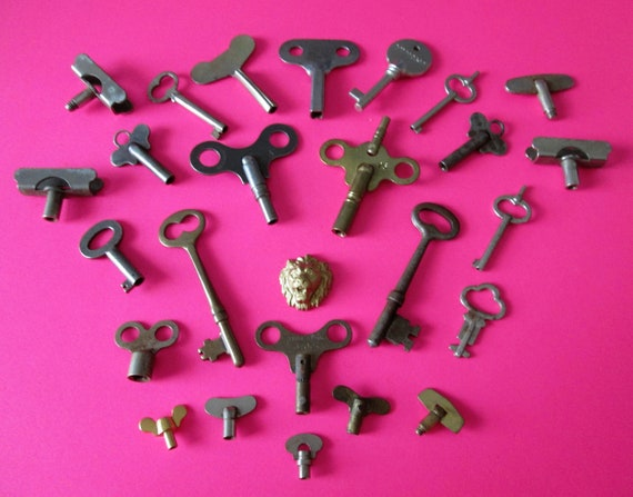 25 Assorted Old Steel, Brass & Chrome Keys for your Collections - Steampunk Art - Jewelry Making and Etc...