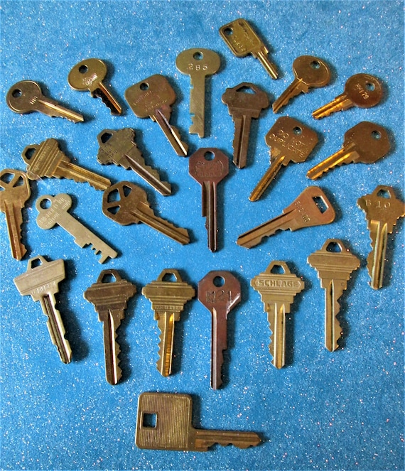 25 Assorted Vintage Brass Keys for your Collections - Steampuk Art - Jewelry Making and Etc.. Stk# 468