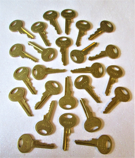 25 Assorted Vintage Brass Keys for your Collections - Steampuk Art - Jewelry Making and Etc.. Stk# 474
