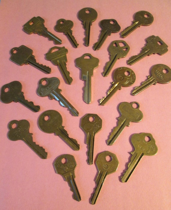 21 Assorted Vintage Brass Keys Many Different Brands -  for your Steampunk Art, Crafts - Jewelry Making