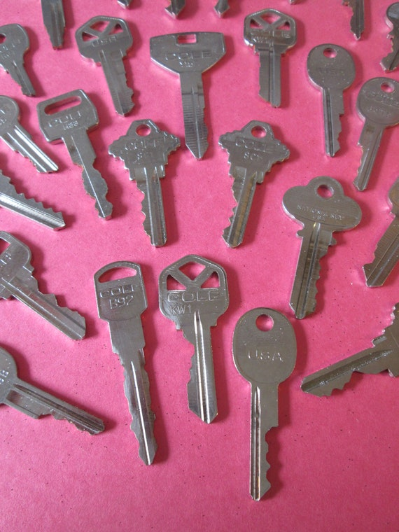 25 Assorted Vintage Metal Keys for your Collections - Steampuk Art - Jewelry Making and Etc.. Stk# 471