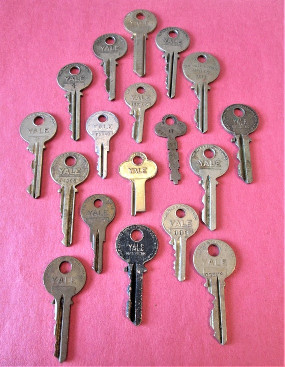 18 Assorted Vintage YALE Keys
