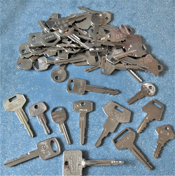 50 Assorted Vintage Metal Keys for your Collections - Steampuk Art - Jewelry Making and Etc.. Stk# 469