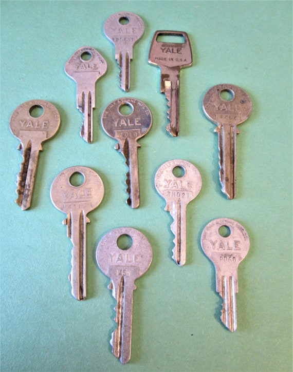 10 Assorted Vintage YALE Keys Stk#269