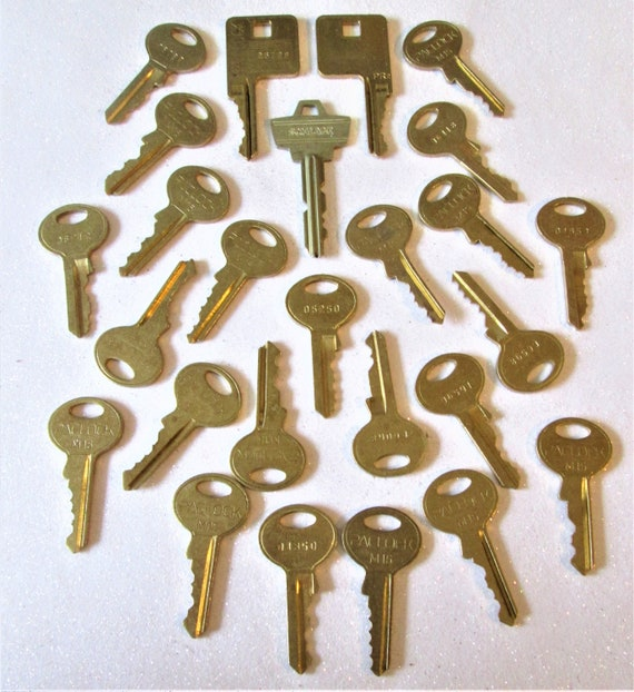 25 Assorted Vintage Brass Keys for your Collections - Steampuk Art - Jewelry Making and Etc.. Stk# 473