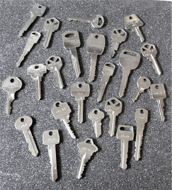 25 Assorted Vintage Metal Keys for your Collections - Steampuk Art - Jewelry Making and Etc.. Stk# 470
