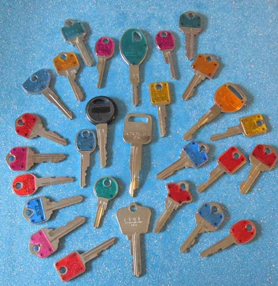 28 Assorted Vintage Keys - Many Different Makers -  Great for Collecting - Jewelry Making - Steampunk Art Stk# 466