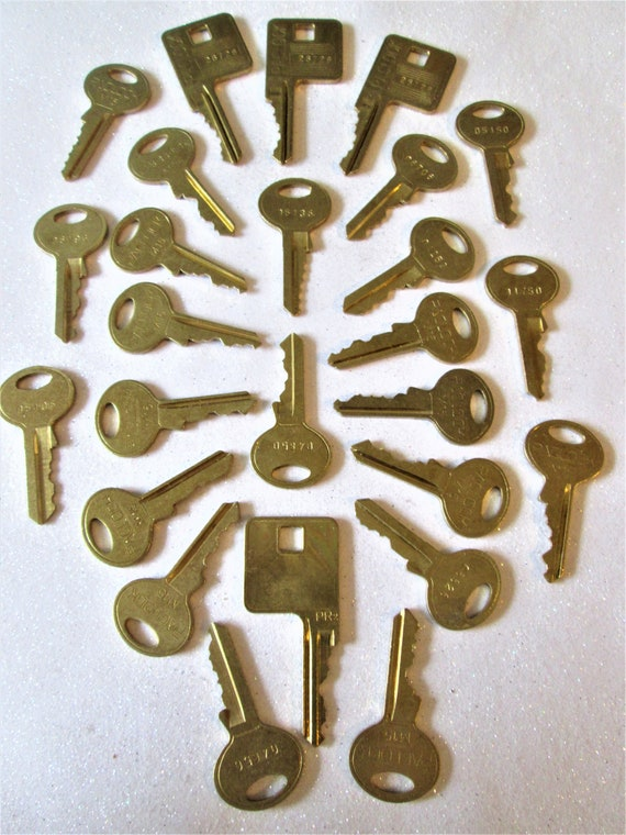 25 Assorted Vintage Brass Keys for your Collections - Steampuk Art - Jewelry Making and Etc.. Stk# 475