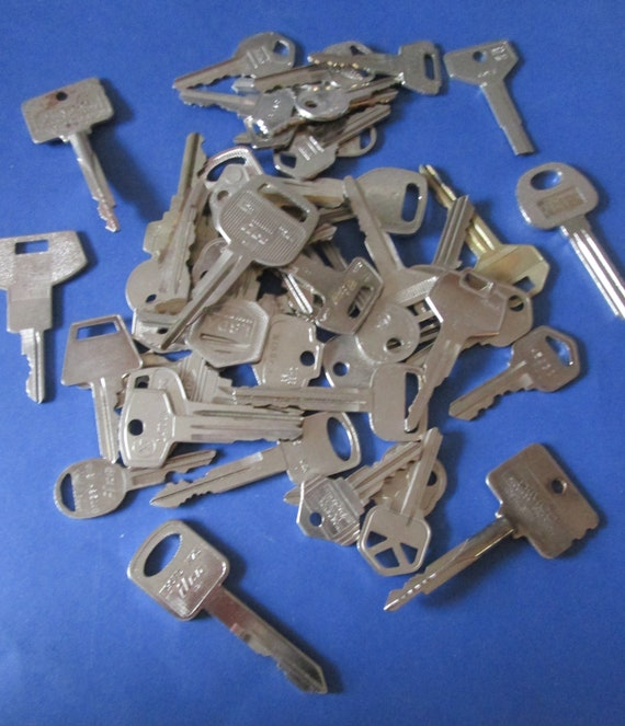 50 Assorted Vintage Steel Keys - Many Different Makers - For Steampunk Art - Jewelry Making - Crafts Stk# 467
