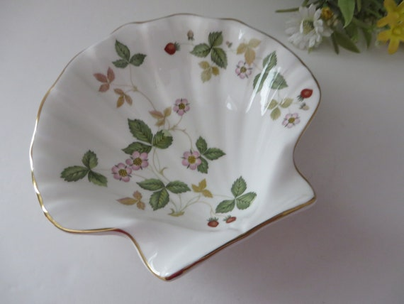 Wedgwood vintage 1960's Wild Strawberry shell shaped  dish