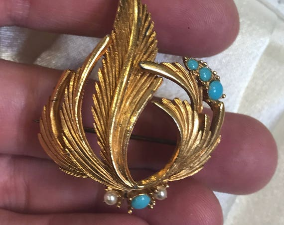 Beautiful 1950s gold plated brooch/ pin set with faux turquoise and pearls