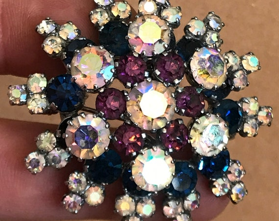 Vintage 1950s aurora borealis coloured rhinestone starburst flower brooch
