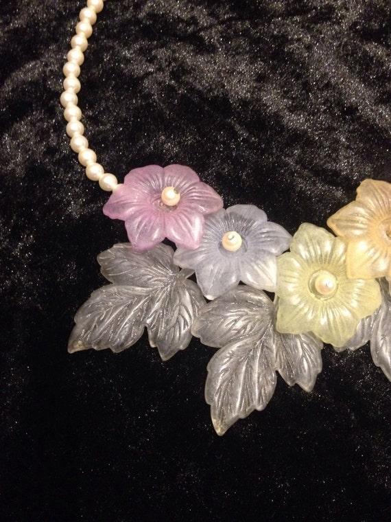 Beautiful vintage 1960s plastic summer oversized bright floral necklace
