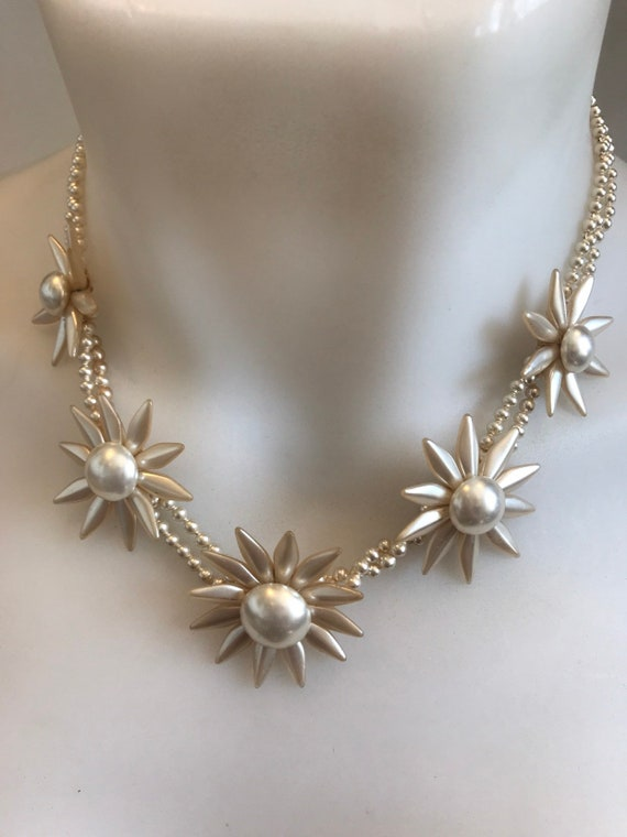 Beautiful 1940s Retro Glass Pearl Beaded Flower Necklace  17.5 Inches