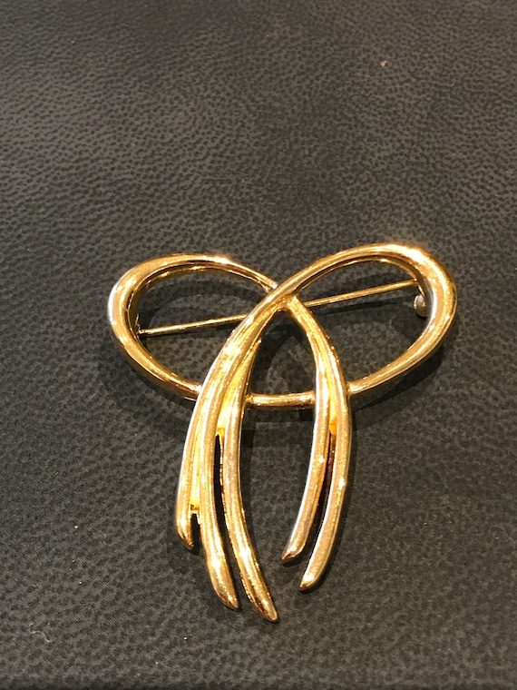 Vintage 1980s signed Trifari gold plated bow brooch
