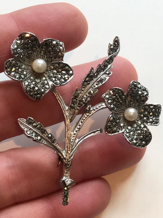 Beautiful vintage solid silver brooch set with Marcasites and pearls